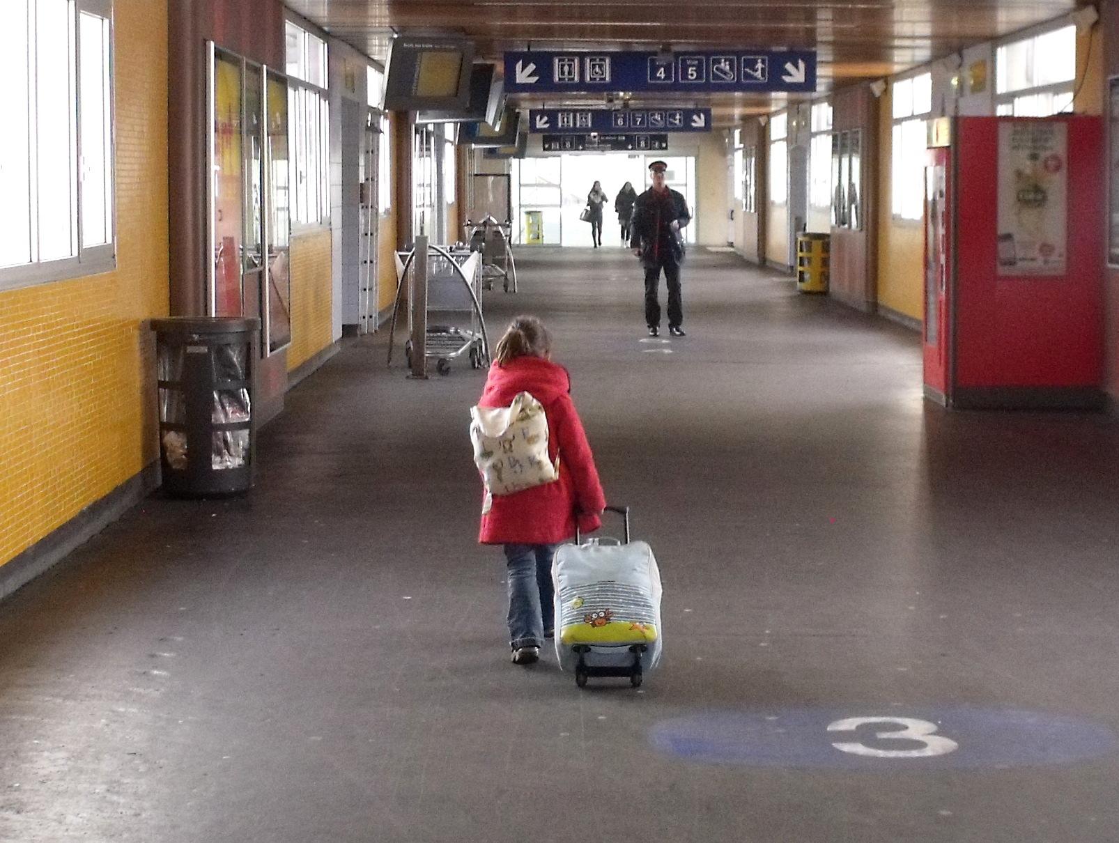 à la gare avec sa valise