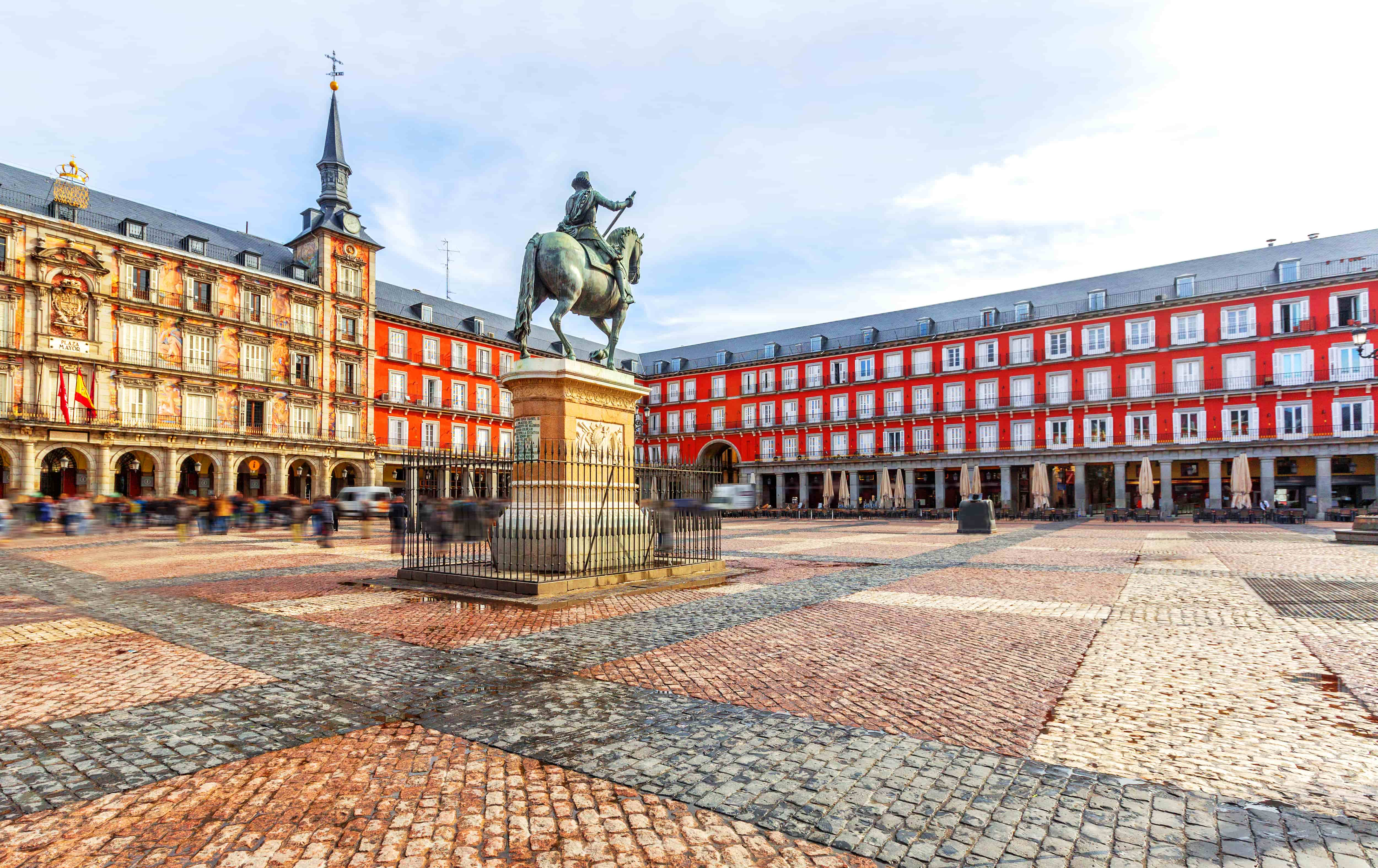 Madrid_Espagne_Plaza Mayor with statue of King Philips III in Madrid, Spain_110515761-min