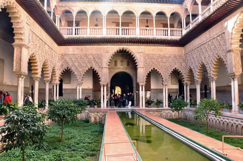 Patio-de-las-Doncellas-en-el-Real-Alcázar-de-Sevilla-min