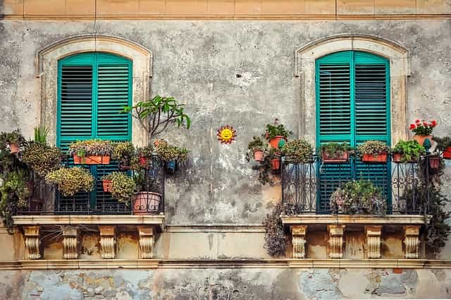 balcony-2526221_640-min