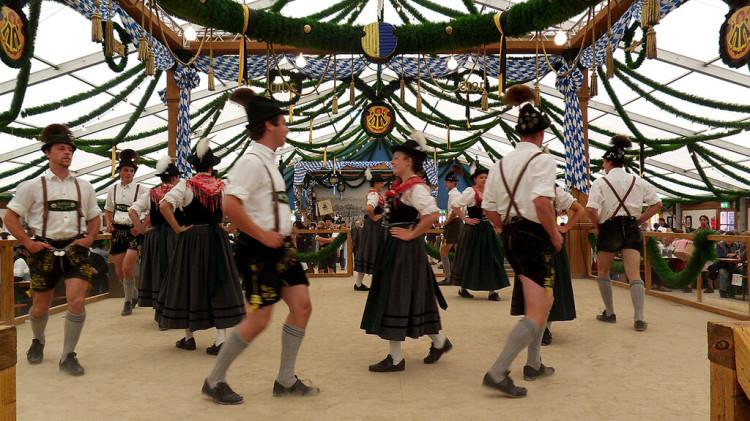 Les spectacles dansant lors de la fête de la bière à Munich